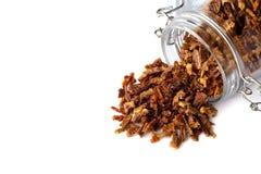Los gránulos del propóleos se dispersan de un tarro de cristal Pegamento de la abeja Productos de la abeja Apitherapy Foto de archivo libre de regalías