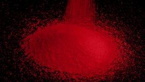 Los gránulos rojos vierten en pila almacen de metraje de vídeo