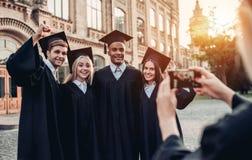 Los graduados acercan a la universidad imágenes de archivo libres de regalías