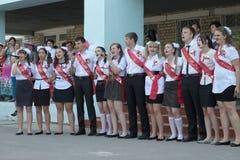 Los graduados de la escuela están cantando una canción Fotos de archivo