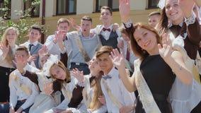 Los graduados rusos celebran el día escolar pasado almacen de video