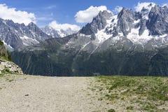 Los grandes picos del macizo de Mont Blanc montan@as imagenes de archivo
