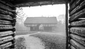 Los graneros del lugar de Tipton en una mañana de niebla Imagen de archivo libre de regalías