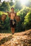 Los granjeros asiáticos van a trabajar los campos Imagenes de archivo