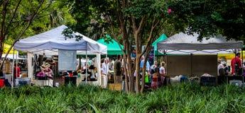 Los granjeros comercializan en Marion Square Park, rey Street, Charleston, SC Fotos de archivo