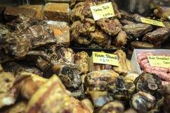 Los granjeros comercializan las carnes ahumadas Imagen de archivo