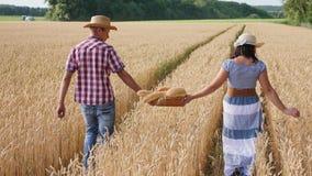 Los granjeros del hombre y de la mujer llevan adentro el pan de la cesta metrajes