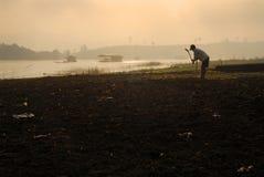 Los granjeros están labrando al establecimiento por la mañana. Imagen de archivo libre de regalías
