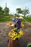 Los granjeros no identificados llevan las flores al mercado Imagen de archivo libre de regalías