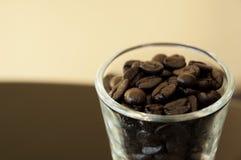 Los granos de café asados. Aliste para la rutina y Imagen de archivo