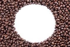 Los granos de café circundan en el fondo blanco Imagen de archivo