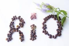 Los granos de café dispuestos formaron el corazón de RÍO en el fondo de madera Fotos de archivo