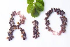 Los granos de café dispuestos formaron el corazón de RÍO en el fondo de madera Fotos de archivo libres de regalías