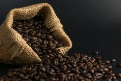 Los granos de café en cáñamo shack en fondo negro Fotografía de archivo libre de regalías
