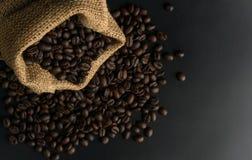 Los granos de café en cáñamo shack en fondo negro Fotos de archivo