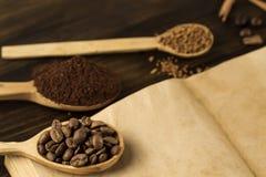 Los granos de café en viejo vintage abren el libro Menú, receta, mofa para arriba Fondo de madera Imagen de archivo
