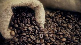 Los granos de café frescos se cierran para arriba almacen de video