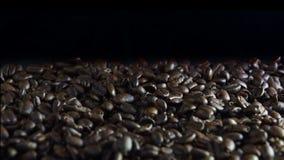 Los granos de café frescos se cierran para arriba almacen de metraje de vídeo