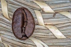 Los granos de café macros frieron en un fondo beige Fotografía de archivo libre de regalías
