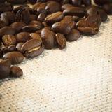 Los granos de café se cierran para arriba imagenes de archivo