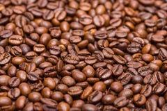 Los granos de café se cierran para arriba en una pila Fotografía de archivo