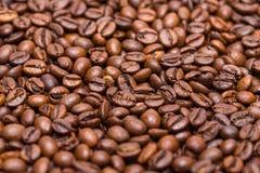 Los granos de café se cierran para arriba en una pila Fotos de archivo