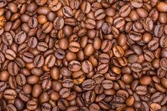 Los granos de café se cierran para arriba en una pila Foto de archivo libre de regalías