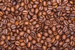 Los granos de café se cierran para arriba en una pila Imagenes de archivo