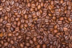 Los granos de café se cierran para arriba en una pila Fotografía de archivo libre de regalías