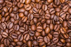 Los granos de café se cierran para arriba en una pila Imágenes de archivo libres de regalías