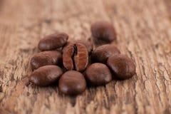 Los granos del café o de la moca en la madera imagen de archivo libre de regalías