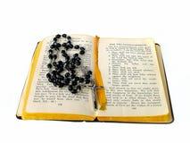 Los granos del rosario abren la biblia Imagen de archivo