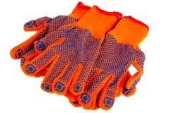 Los guantes anaranjados del trabajo para las construcciones están en el backgroun blanco Fotografía de archivo