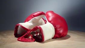 Los guantes de boxeo giran en la tabla almacen de metraje de vídeo