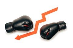 Los guantes de boxeo negros se separaron con la muestra hacia abajo de la flecha Imagenes de archivo