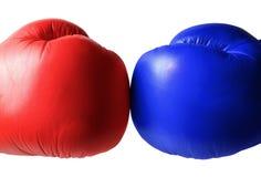 Los guantes de boxeo se cierran para arriba fotografía de archivo