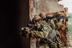 Los guardabosques de la fuerza asaltaron el edificio Foto de archivo libre de regalías