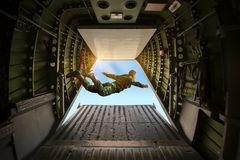 Los guardabosques se lanzaron en paracaídas de los aeroplanos militares, soldados se lanzaron en paracaídas fotos de archivo
