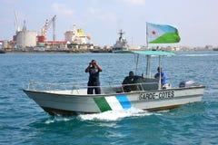 Los guardacostas de Yibuti patrullan en el puerto del puerto Foto de archivo