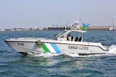 Los guardacostas de Yibuti patrullan en el puerto del puerto Fotos de archivo