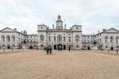 Los guardias de caballo reales desfilan en la casa del Ministerio de marina en Londres imagenes de archivo