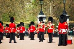 Los guardias de la reina en el Buckingham Palace en Londres, Reino Unido Imágenes de archivo libres de regalías