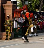 Los guardias del pakistaní que marchan y del indio en nacional uniforman en la ceremonia de bajar las banderas, Lahore, Paquistán Foto de archivo
