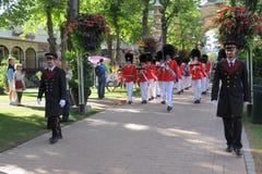 Los guardias reales desfilan en el parque de Tivoli, Copenhague foto de archivo libre de regalías