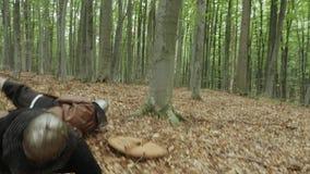 Los guerreros de Vikingos están luchando durante ataque Vikingos que golpean los escudos almacen de metraje de vídeo