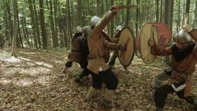 Los guerreros de Vikingos están luchando En el bosque almacen de video