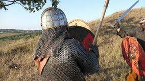 Los guerreros medievales de Vikingos están luchando durante ataque Primer metrajes