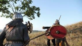 Los guerreros medievales de Vikingos están luchando durante ataque Primer almacen de video