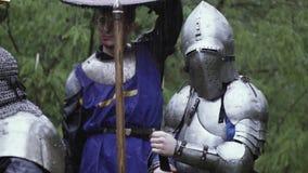 Los guerreros y los caballeros se est?n colocando en el bosque debajo de la lluvia metrajes