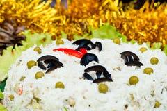 Los guisantes de verdes de aceitunas del arroz de la ensalada de la Navidad - cara de reloj del Año Nuevo del concepto, medianoch Fotos de archivo